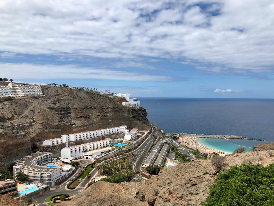 Appartementen op de heuvel boven het witte Amadores strand op Gran Canaria