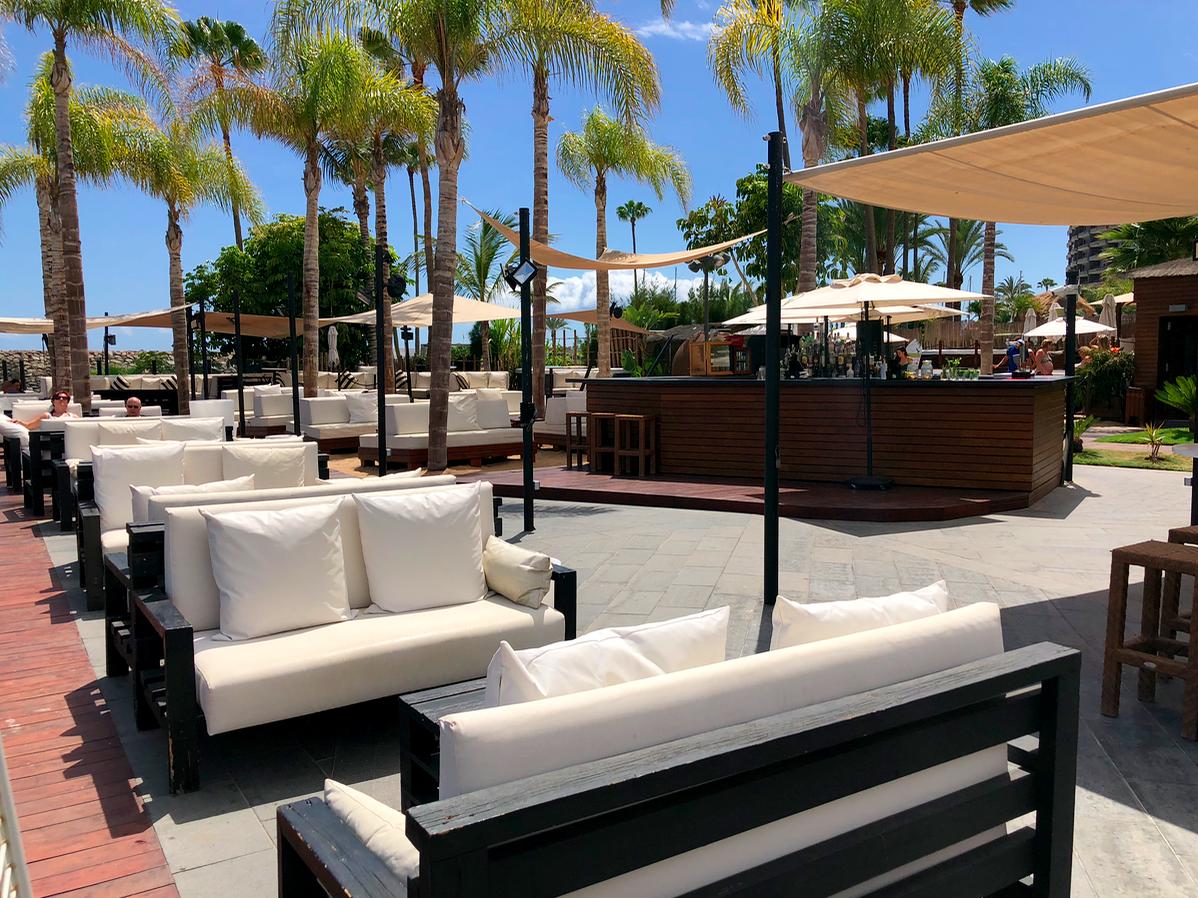 Lounge banken Maroa Beach Club op Anfi del Mar in Arguineguin Gran Canaria