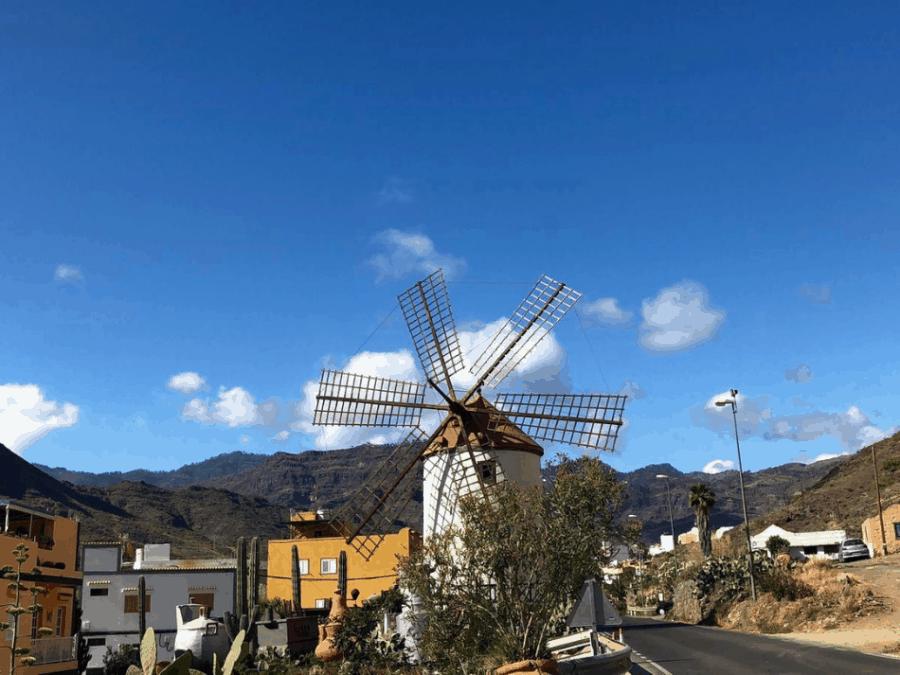 Witte molen in het buitengebied bij het dorpje Mogan op Gran Canaria