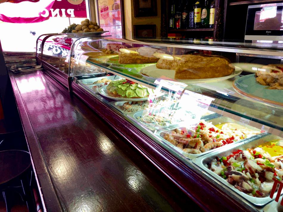 Emigreren Gran Canaria - Restaurant review - Tapas eten bij El Picoteo in San Fernando - Vitrine tapas