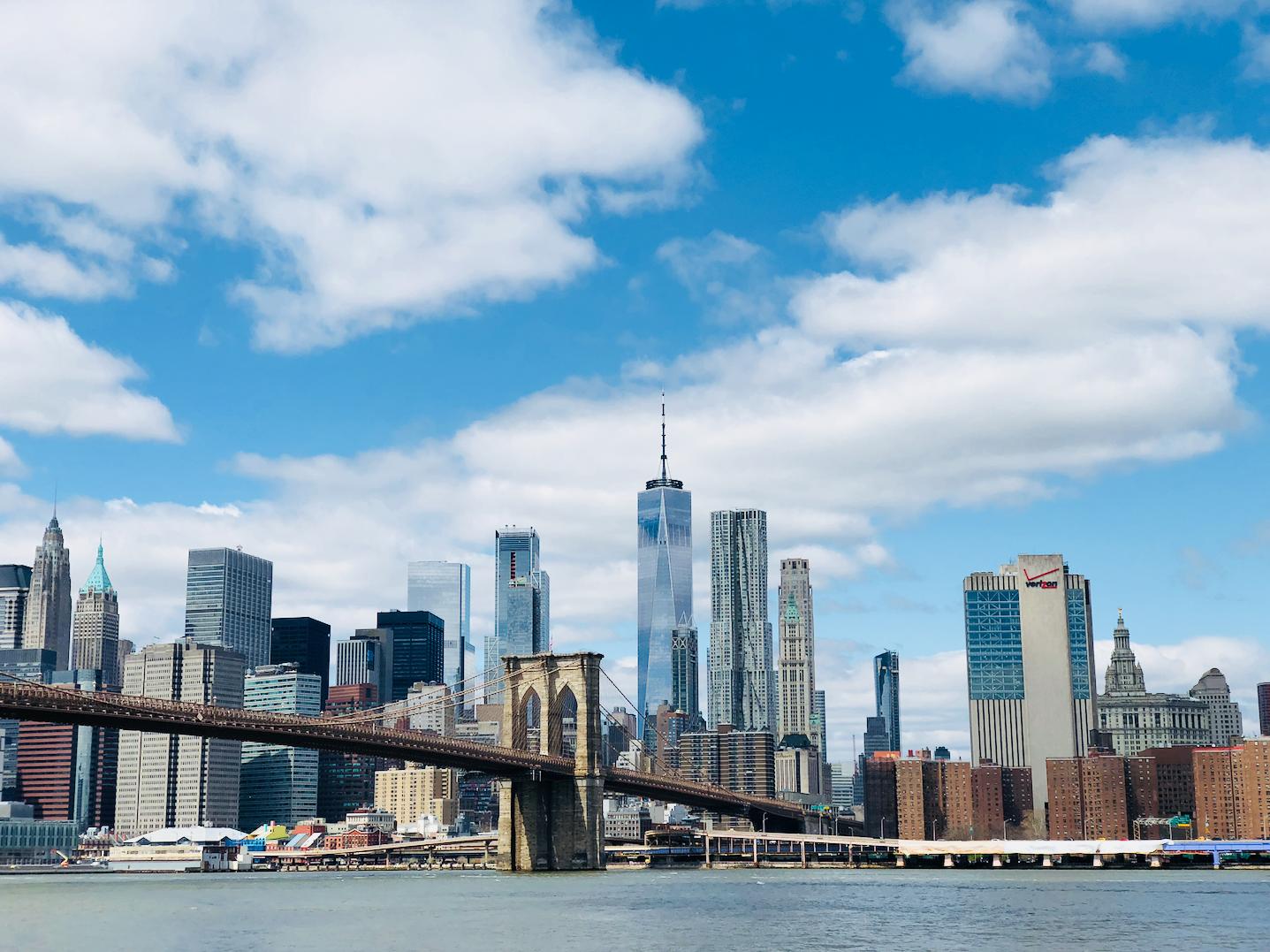 Uitzicht op Manhattan en Brooklyn Bridge vanaf Dumbo
