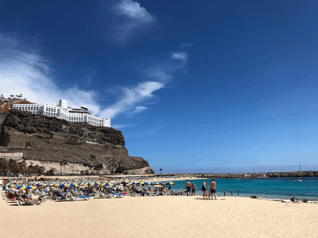 Amadores strand op Gran Canaria met Riu hotel op de berg