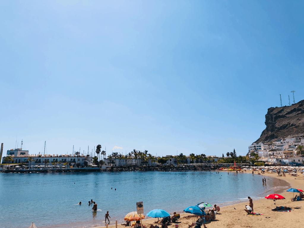 Strand en baai van Playa de Mogan op Gran Canaria