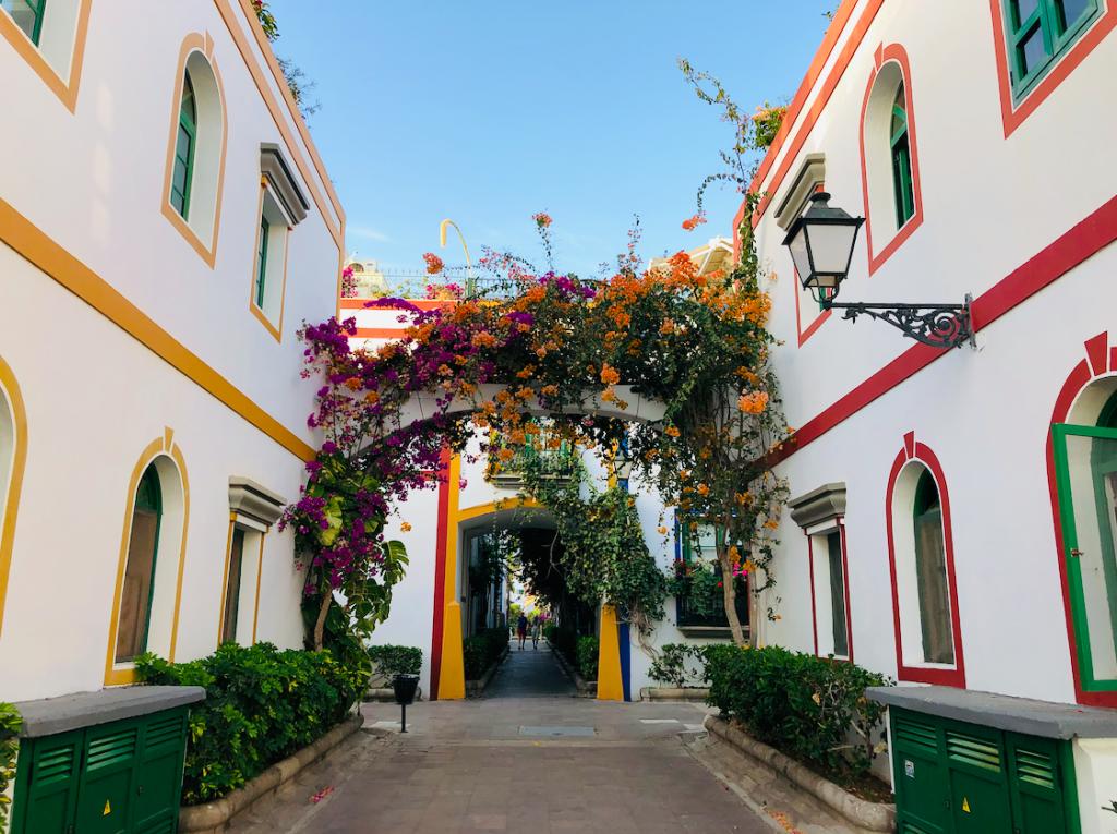 Idyllische straatjes met bloemen in Puerto de Mogan