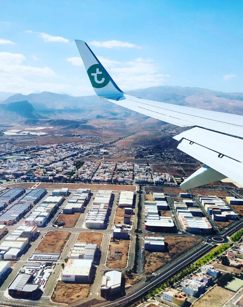 met transavia vliegen naar gran canaria gezien vanuit het vliegtuig raampje