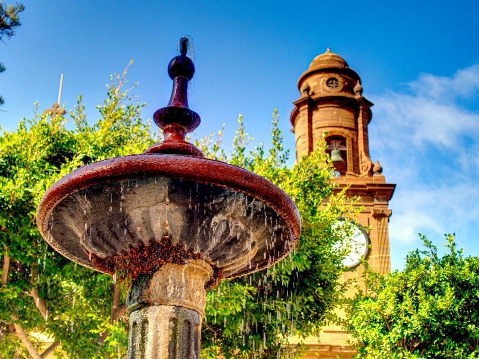 Fontein voor de kerk van Galdar op Gran Canaria de leukste outdoor activiteiten op gran canaria
