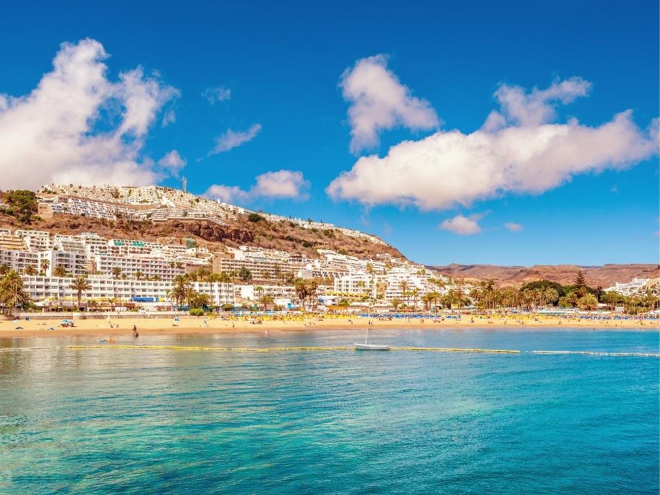 Strand en de zee van het dorpje Puerto Rico op Gran Canaria reizen naar gran canaria tijdens corona