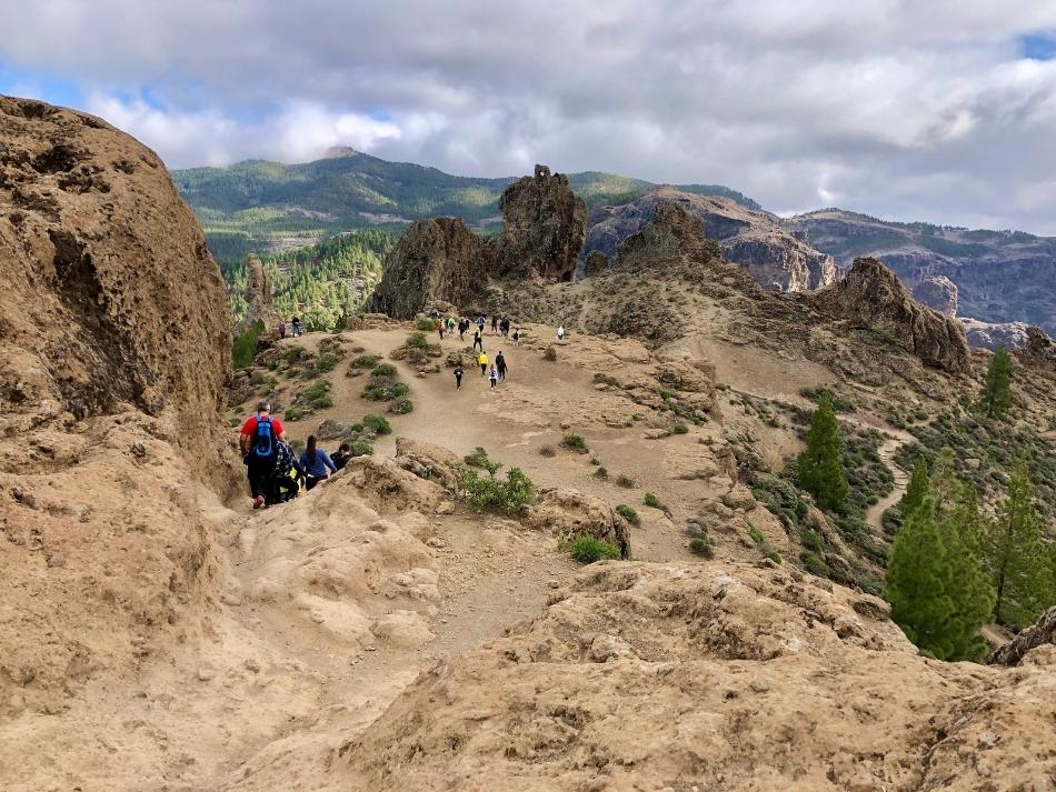 Wandelaars op de route naar Roque nublo op gran canaria de leukste buitenactiviteiten op gran canaria
