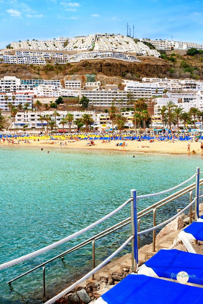 ligbedjes op de rotsen van het strand van puerto rico wat te doen in puerto rico Gran Canaria
