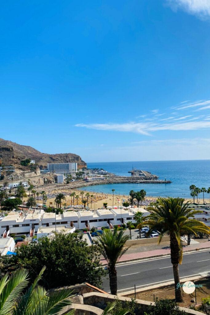 Uitzicht op appartementen en het strand van Puerto Rico Wat te doen in Puerto Rico Gran Canaria het strand van Puerto Rico